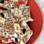 ماست شیرین یونانی با گردوی کالیفرنیا و آب میوه های داغ پوشانده شده است ، سپس در پوسته منجمد می شود که می تواند برای یک میان وعده سالم و خوشمزه جمع شود.